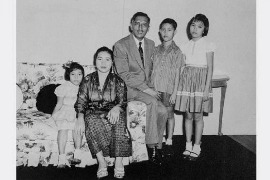 BERSAMA KELUARGA: Encik Yusof Ishak menikahi Noor Aishah Mohd Salim yang diaturkan ibu bapanya pada 1948 yang kemudian dikurniai dua anak perempuan dan seorang anak lelaki. - Foto THE STRAITS TIMES