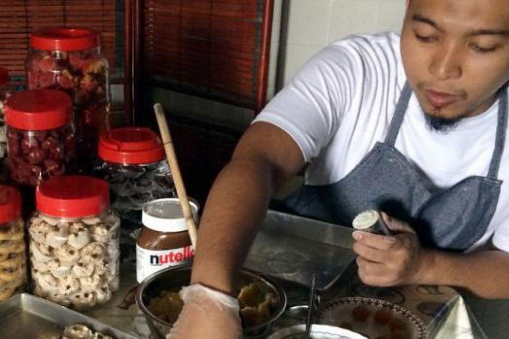 KAUM ADAM PUN JUAL KUIH: Encik Muhammad Syahid yang memasarkan kuih Raya serta kek buatannya menerusi Instagram merupakan antara segelintir kaum Adam yang mengambil tempahan kuih Raya di sini. - Foto ihsan MUHAMMAD SYAHID MOHAMAD ISNIN