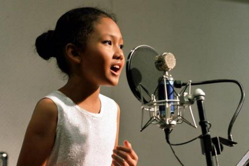 GADIS CILIK BERBAKAT: Nur Umairah Mohammad Shafiq, 10 tahun, dari Sekolah Rendah Jiemin, akan menyanyikan lagu Go the Distance dalam acara SG50 Youth Celebrate! yang dianjurkan MOE pada 26 Julai di Hab Sukan Singapura. - Foto MOHD KHALID BABA