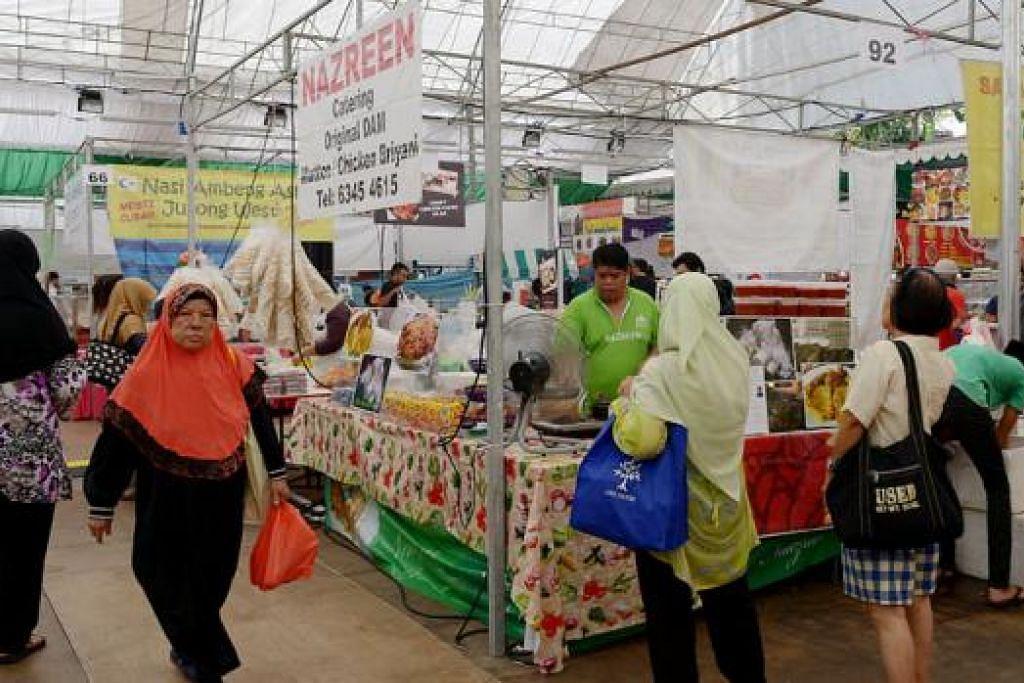 SAMBUTAN MENGGALAKKAN: Sekitar 40,000 orang telah mengunjungi Tampines Hari Raya Bazaar 2015 berbanding 30,000 tahun lalu, menurut pengurus bazar itu. - Foto fail