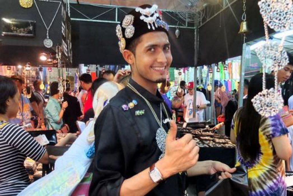 KERONGSANG LARIS DIJUAL: Seorang pekerja di gerai menjual pelbagai bentuk kerongsang kelihatan gembira dengan hasil penjualan yang dikatakan begitu menggalakkan.