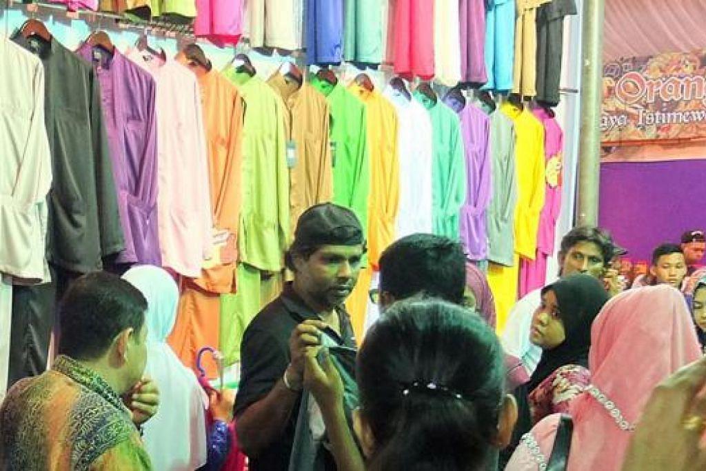 PELANGI BAJU KURUNG: Gerai yang menjual baju kurung berwarna-warni bagi wanita dan lelaki ini dibanjiri pelanggan yang ingin bergaya pada Hari Raya nanti.