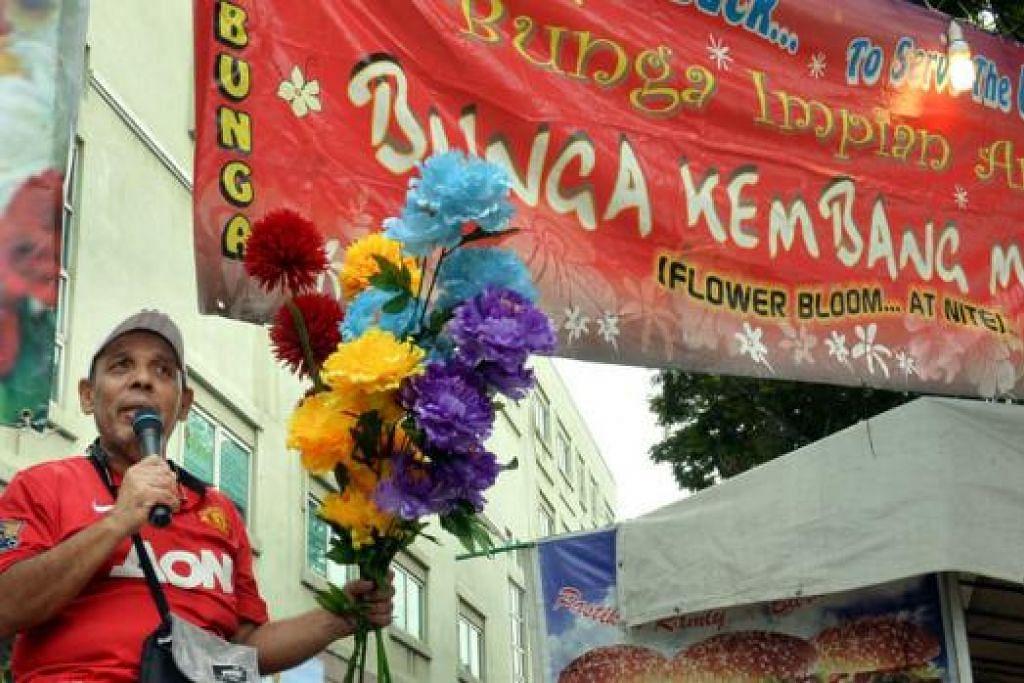 BERPANTUN BUNGA: Raja bunga kembang malam kembali beraksi dengan pantun bunganya untuk menarik pelanggan yang lalu-lalang di kawasan bazar Geylang Serai. - Foto M.O. SALLEH