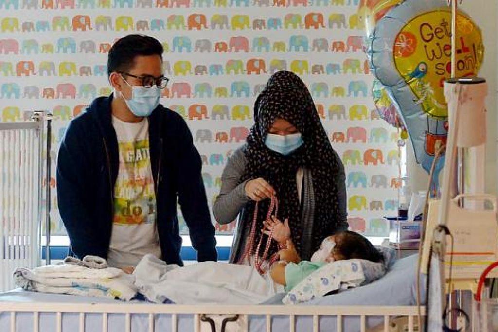 KIAN SEMBUH: 'Aafaa Zuhayr, yang mengalami lecuran teruk, kini kian sembuh dan bakal menyambut Lebaran di samping ibu bapanya Encik Al-Khair dan Cik Masshitah di KKH. - Foto TUKIMAN WARJI