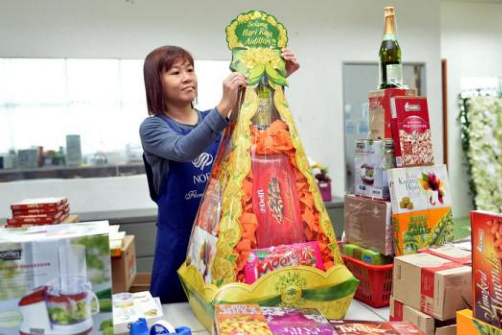 HAMPER HARI RAYA: Seorang pekerja Noel Gifts menyiapkan hamper Hari Raya yang ditempah pelanggan. - Foto M.O. SALLEH
