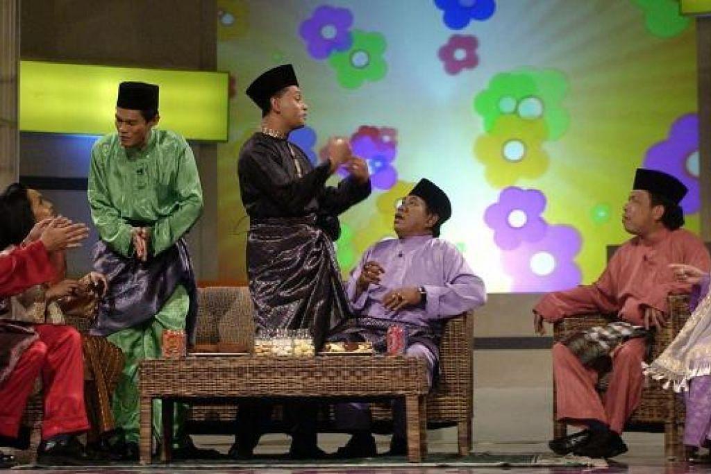 RANCANGAN RAYA: Allahyarham Ishak Ahmat beraksi bersama pelawak tempatan lain dalam segmen komedi bagi rancangan Salam Lebaran 2004. - Foto fail HANYA