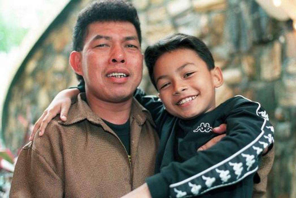 HANYA TINGGAL KENANGAN: Inilah gambar kenang-kenangan Norman Ishak bersama bapanya, Allahyarham Ishak Ahmat, yang dipetik pada 2005. - Foto fail