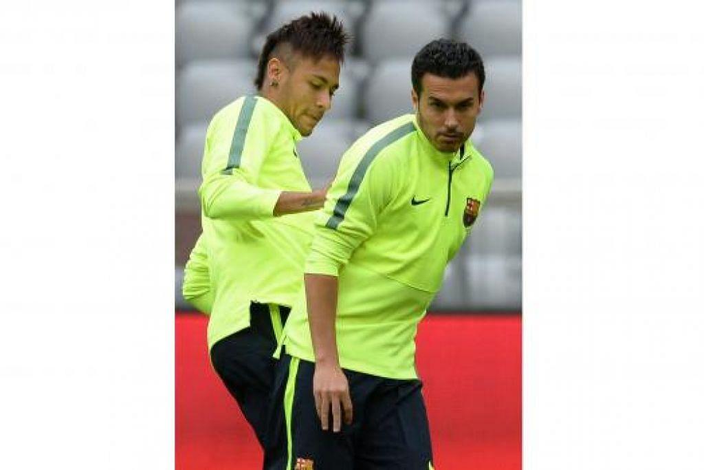 SELAMAT TINGGAL BARCELONA: Pedro (kanan) yang bakal berhijrah ke Chelsea kelihatan bersama penyerang Brazil Barcelona, Neymar, dalam satu sesi latihan. - Foto AFP