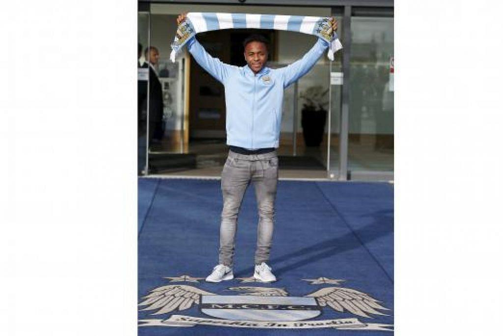 BUDAK BARU: Pemain terbaru Manchester City, Raheem Sterling, bergambar dengan skarf kelab barunya di Stadium Etihad. - Foto REUTERS