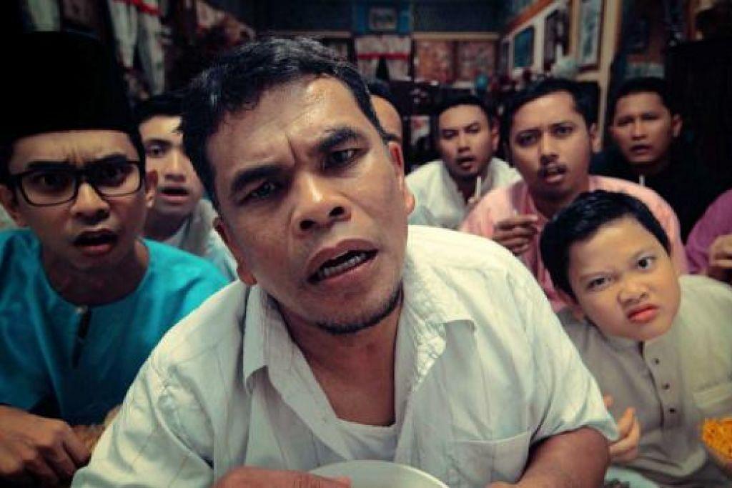 KOMEDI 'GILA-GILA': Roslan Kemat (tengah) ialah antara peneraju telemovie sulung Papahan Films, 'Anak Bulan'. - Foto PAPAHAN FILMS