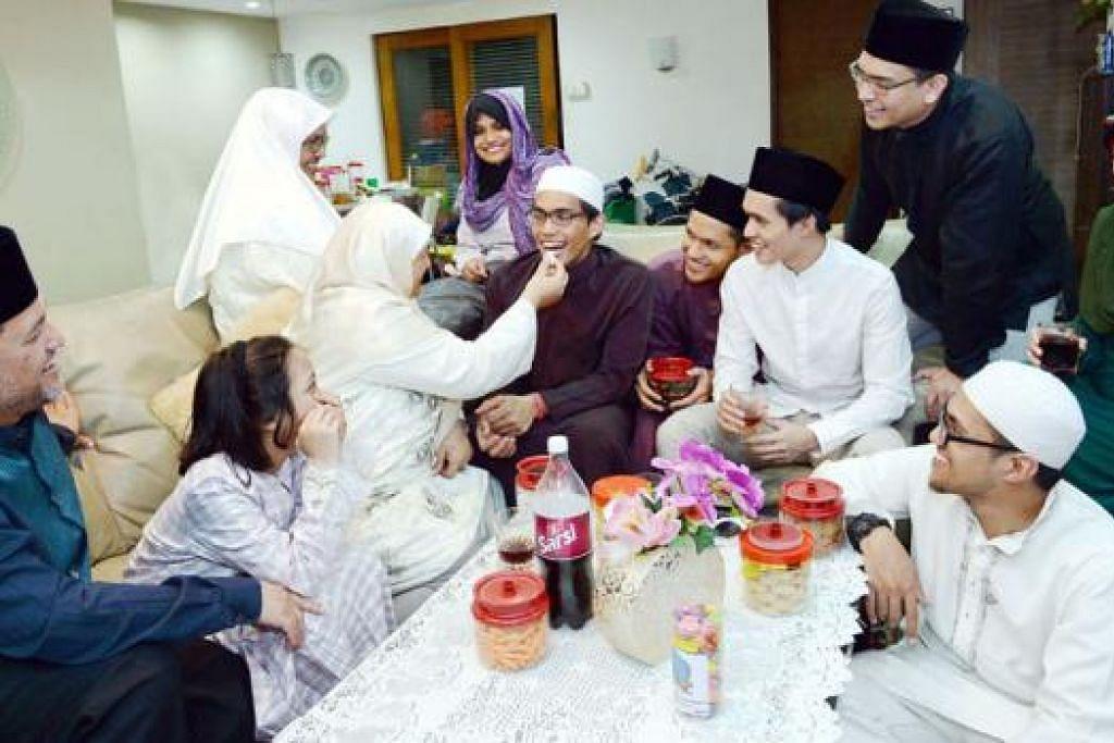 SYUKUR DAPAT PULANG: Encik Muhammad Haseef (tengah berkaca mata)bersyukur dapat beraya bersama keluarganya di Singapura tahun ini. Beliau tidak dapat pulang beraya di sini tahun lalu kerana baru memulakan pengajian di universiti di Australia. - Foto TAUFIK A. KADER