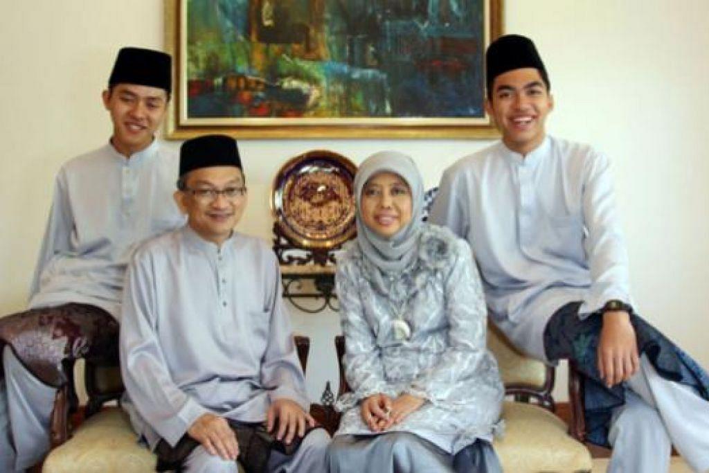 DAPAT PULANG SETIAP TAHUN: Encik Adil Hakeem (paling kiri) gembira dapat pulang Raya setiap tahun sejak memulakan pengajian di Amerika Syarikat dua tahun lalu. - Foto ihsan ADIL HAKEEM