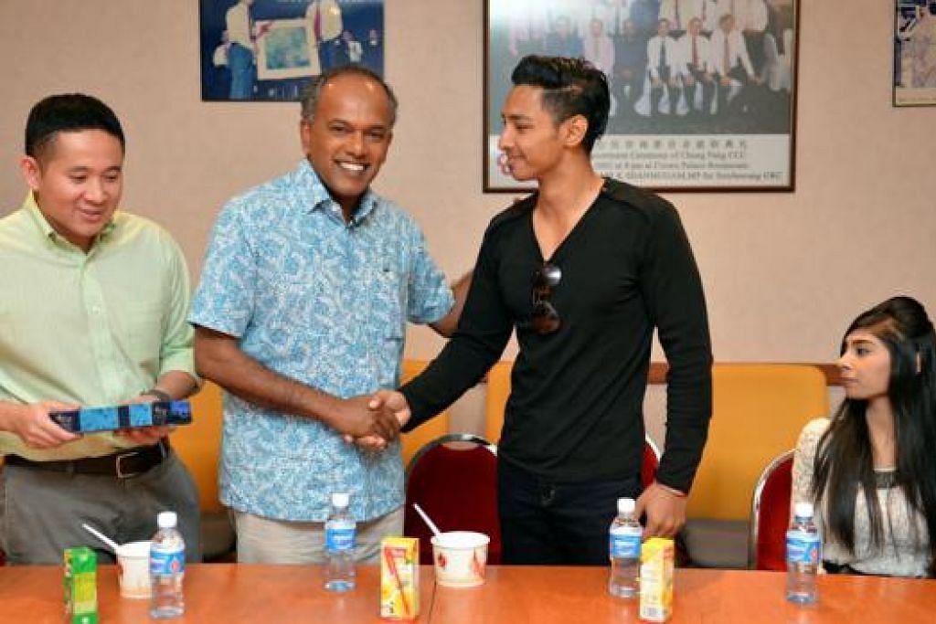 TINDAKAN DIHARGAI: Encik Shanmugam (dua dari kiri) bersalaman dengan Encik Muhd Hanafi. Encik Muhd Hanafi dan temannya, Cik Nabilah (kanan), diundang beriftar serta menyertai sesi perbincangan bersama Encik Shanmugam dengan pelajar-pelajar politeknik dan para profesional muda di Kelab Masyarakat Chong Pang di Yishun. Turut hadir ialah Encik Amrin Amin. - Foto M.O SALLEH