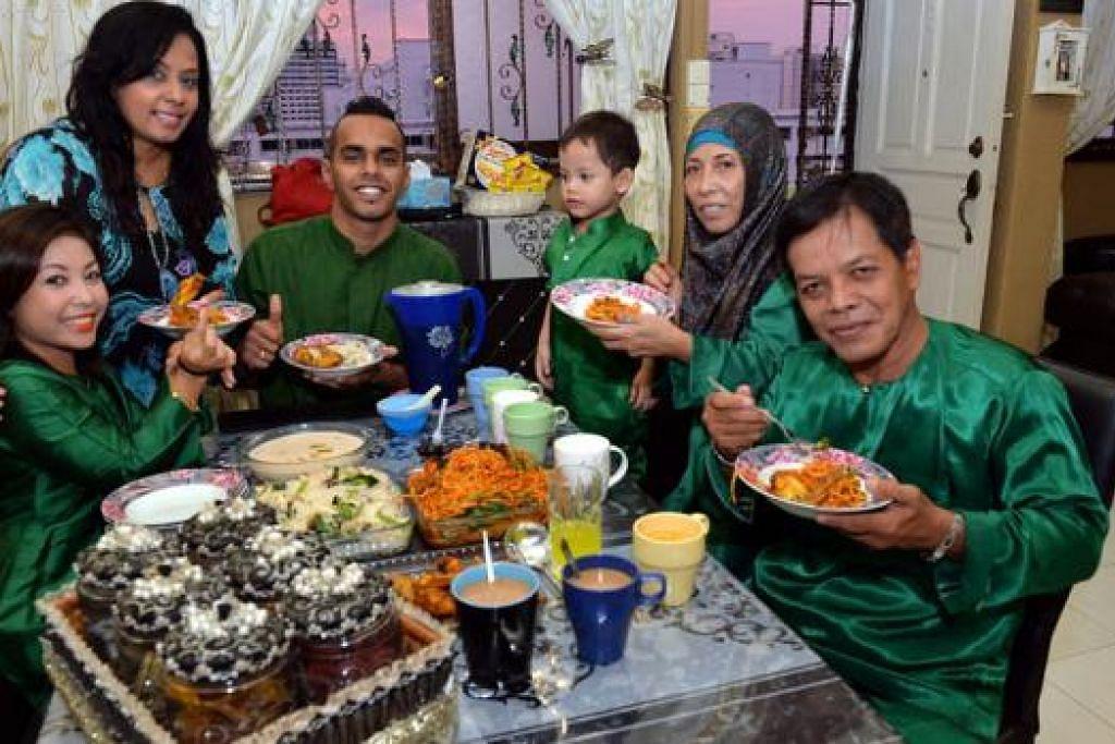 SUMBER SEMANGAT: Rashid (tiga dari kiri) berkata keluarganya banyak membantunya dalam laluan menjadi juara. (Dari kiri) Isteri Kamaliah Md Salleh, ibunya Noor Laila Yusof, anak saudara Muhammad Al Azhar Aakif, dan ibu bapa mentuanya Satimah Kasmadi dan Md Salleh Sirat. - Foto-foto M.O. SALLEH
