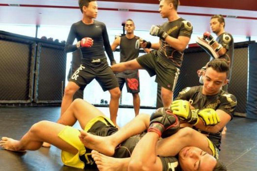 MEMBANTU REMAJA: Rashid memulakan D'Valetudo Fight House dua tahun lalu bagi memberi bimbingan MMA kepada remaja (gambar atas) dengan hasrat membina keyakinan diri mereka.