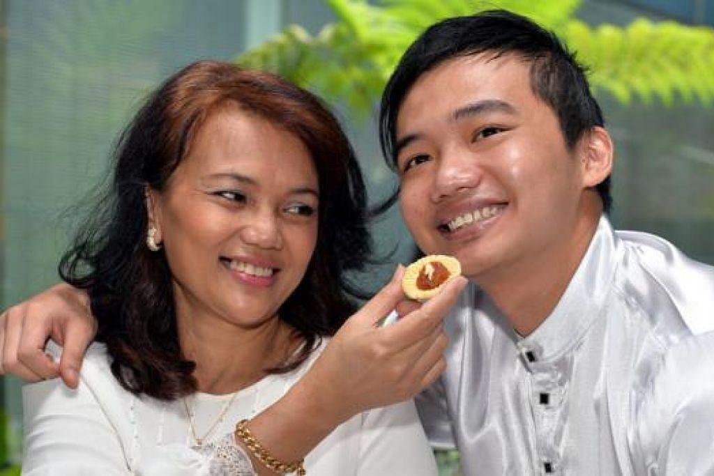MENCUBA SESUATU YANG BARU: Tahun ini pelakon mapan Mariana Yati cuba membuat kuih tart dengan berintikan durian. Ini meskipun anaknya Imam Shah tidak begitu gemar memakan durian. - Foto M.O. SALLEH