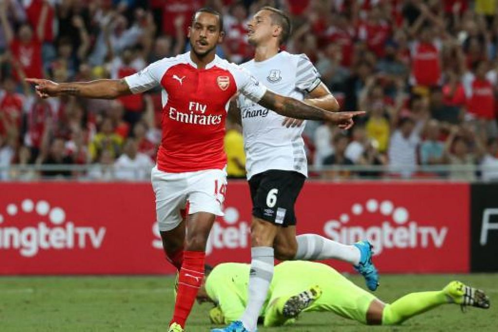 WIRA GOL PEMBUKAAN: Bintang Arsenal, Theo Walcott, meraikan gol pertama pasukannya ke atas Everton.
