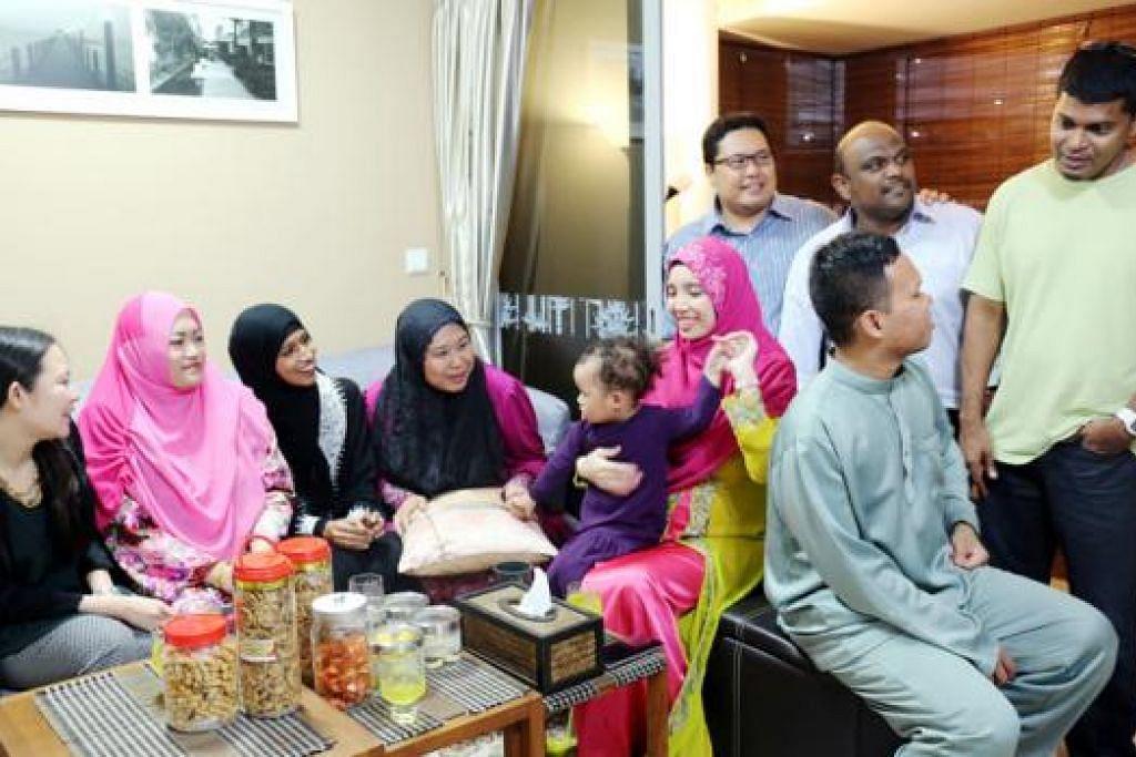 RAYA LEBIH MERIAH: Encik Ishaq (kanan) bersama hos dan penganjur inisiatif SG Muslims For Eid yang mengajak keluarga Islam menyambut Raya bersama mualaf. Penganjur berura-ura memperluas inisiatif itu untuk melibatkan tetamu bukan Islam tahun depan. - Foto HAKIM YUSOF
