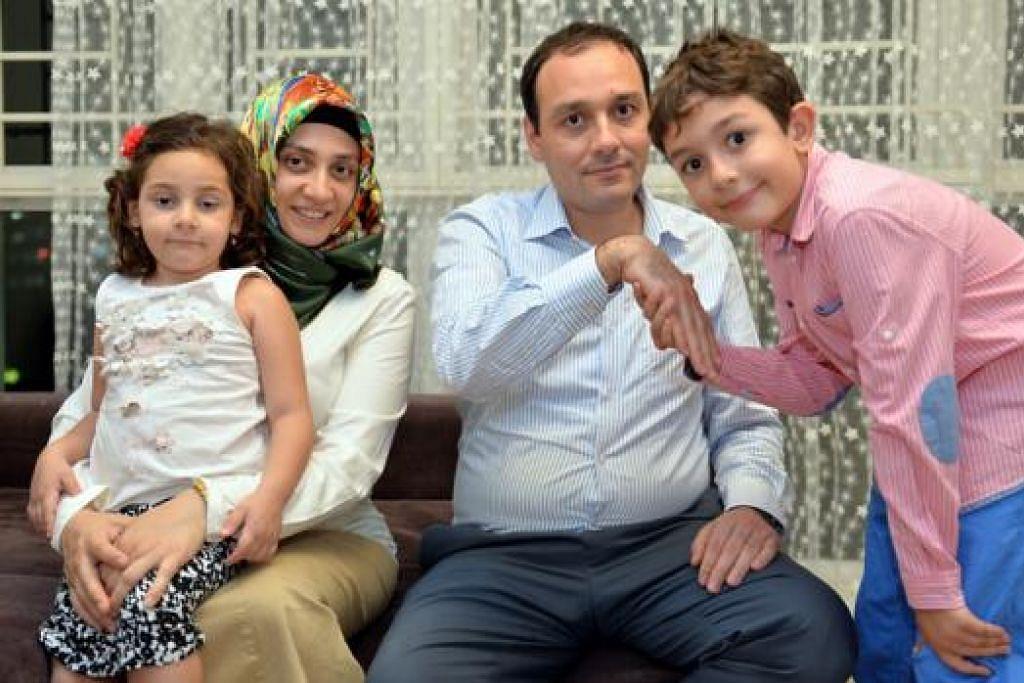 HARI RAYA SEKELUARGA: Mencium tangan orang lebih tua juga diamalkan di Turkey pada Hari Raya Aidilfitri seperti yang dilakukan anak Encik Sait Satar (kedua dari kanan), Ali Emre. Di sebelah mereka ialah isteri Cik Satar, Cik Imran, dan seorang lagi anak mereka, Esma Hanife. - Foto M.O. SALLEH