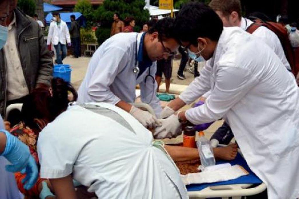 BANTING TULANG SELAMATKAN MANGSA: Doktor dan kakitangan Hospital Dhulikhel terpaksa bekerja 24 jam sehari selama sebulan setelah berlakunya gempa. Rata-rata semua tidak pulang ke rumah pada tempoh tersebut.