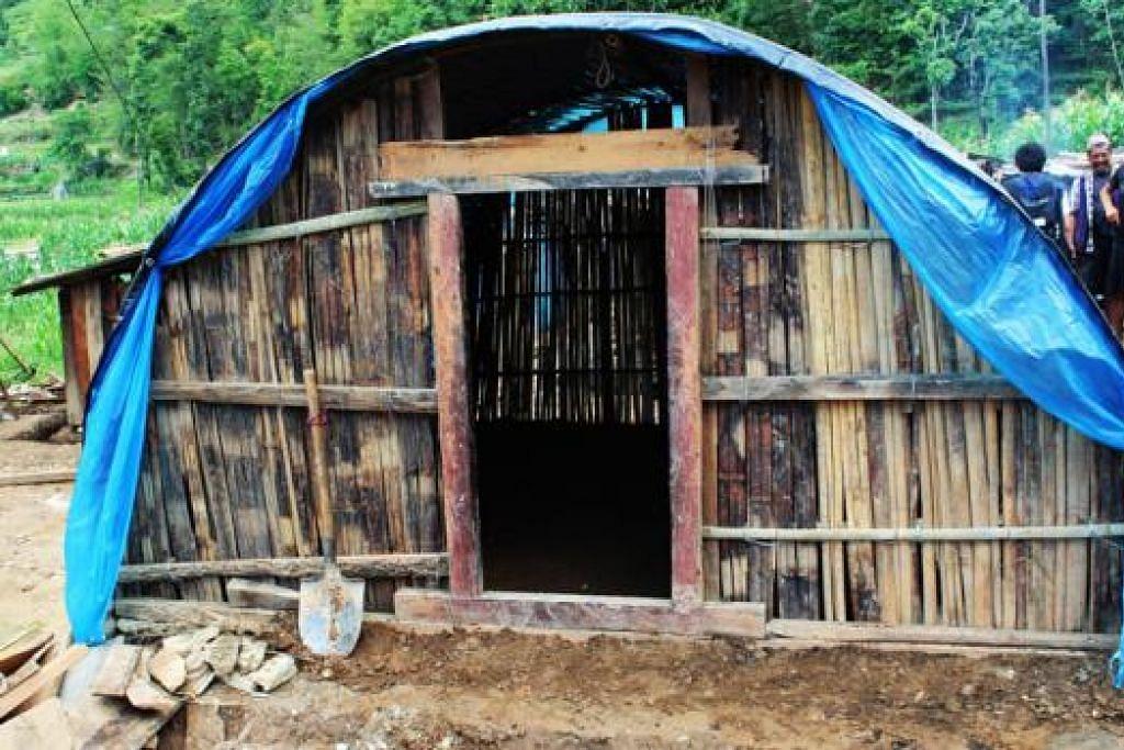 TEMPAT BERTEDUH SEMENTARA: 16 rumah sementara seperti ini didirikan oleh Mercy Relief dengan bantuan NGO tempatan, Lakasa Nepal, di Sindhupalchok.  - Foto SITI AISYAH NORDIN
