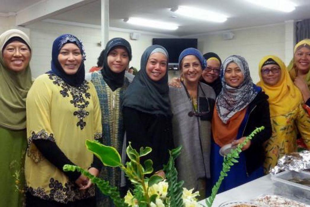 JAMUAN IFTAR: Cik Hidayah Abdul Hamid (empat dari kiri) semasa menghadiri acara berbuka puasa dengan teman-temannya di Onehunga Hall di Auckland, New Zealand, pada 4 Julai lalu. - Foto ihsan HIDAYAH ABDUL HAMID