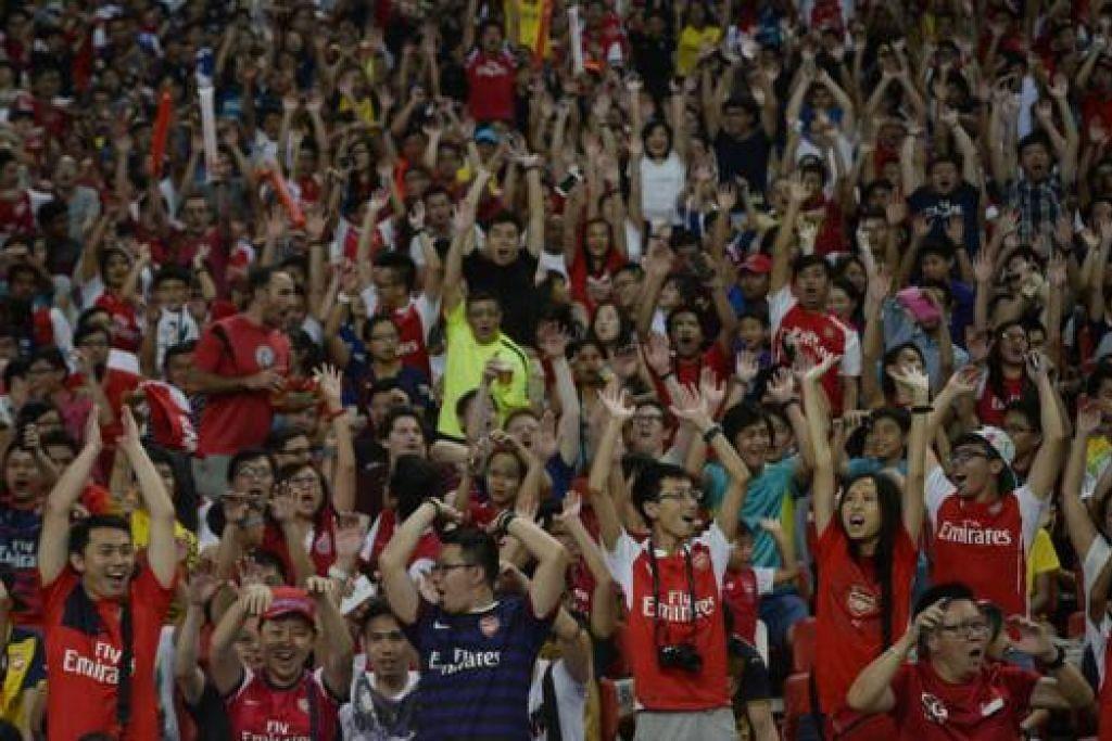 Gambar atas menunjukkan ribuan penyokong kelab itu yang menukar suasana di Stadium Negara ibarat Stadium Emirates kepunyaan kelab London itu. - Foto THE STRAITS TIMES
