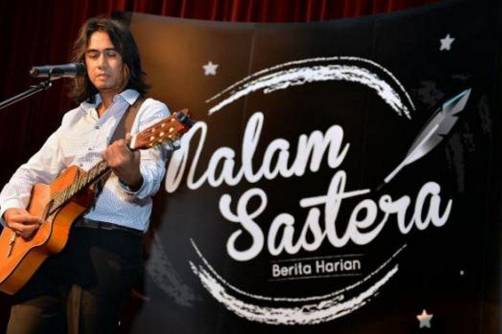MERAIKAN SASTERA DAN SENI: Penyanyi setempat, Art Fazil, mempersembah beberapa lagu puisi dalam Malam Sastera Berita Harian Jun tahun lalu. - Foto fail