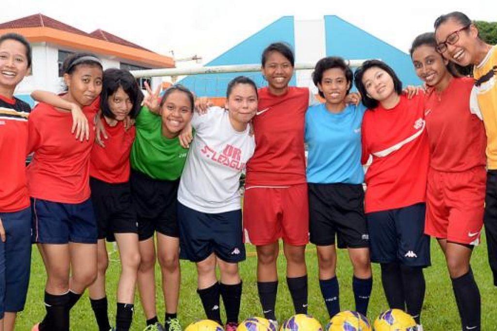 TURUT DALAM KONTINJEN SINGAPURA -BOLA SEPAK: Ini kali pertama skuad bola sepak wanita Singapura menyertai temasya sebesar Sukan Dunia Olimpik Istimewa ini. - Foto JOHARI RAHMAT