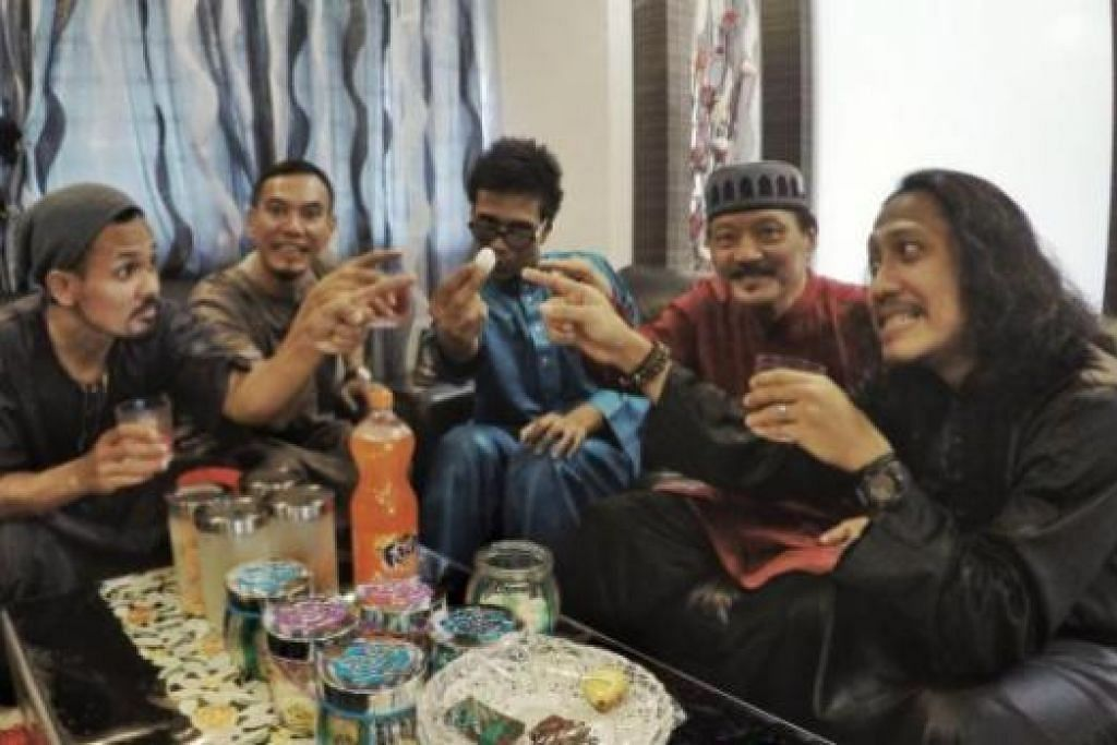 GABUNGAN LAMA DAN BARU: Anggota Klutz yang terdiri daripada (dari kiri) Shafiq Kamis, Apai, Pirah Shah dan Fuzz (kanan) seronok bertukar fikiran dengan penyanyi veteran, M. Ramlee (dua dari kanan), bagi menghasilkan semula lagu 'Hari Lebaran'. - Foto KLUTZ