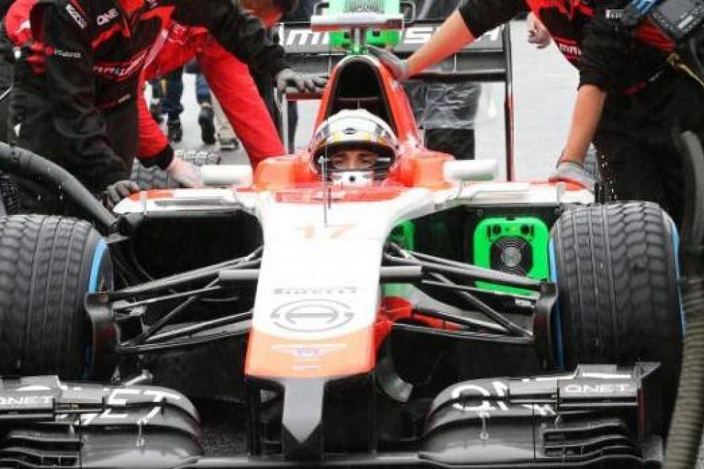 TEMUI AJAL: Gambar bertarikh 5 Oktober 2014 ini menunjukkan kru pasukan Marussia menolak kereta yang dipandu Jules Bianchi ke petak perlumbaan sejurus sebelum permulaan Grand Prix Jepun yang menyaksikan pemandu Perancis itu terlibat dalam kemalangan. – Foto AFP