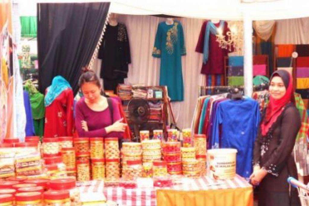 JUAL KUIH RAYA UNTUK KUMPUL DANA: Para pengunjung bazar Ramadan di Tampines Central singgah di gerai Persatuan Hira untuk membeli pelbagai kuih Raya sebagai persiapan menjelang Aidilfitri.