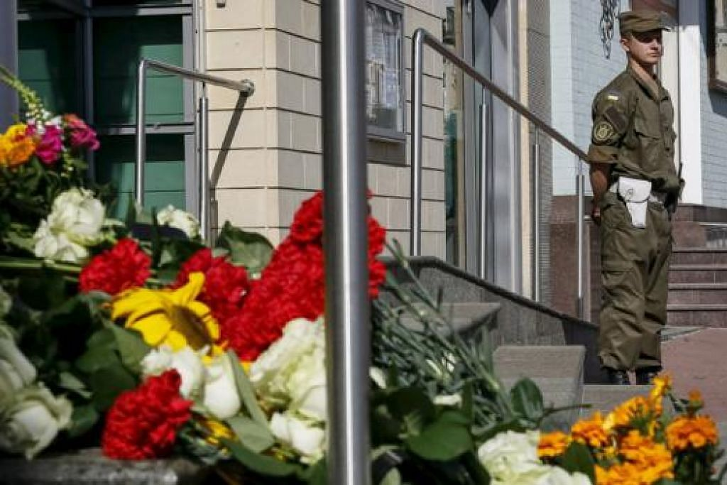 KEMBANG SIMPATI: Jambangan bunga diletakkan di luar Kedutaan Belanda di Kiev, Ukraine, minggu lalu. - Foto REUTERS