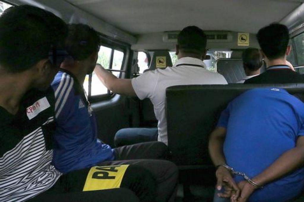 HADAPI TUDUHAN: Bekas pemain Timor Leste Moises Natalino de Jesus (kiri), Rajendran Kurusamy (tengah) dan Nasiruddin meninggalkan mahkamah pada 30 Mei lalu selepas dikenakan tuduhan rasuah kerana dikatakan terlibat memutuskan perlawanan bola sepak. - Foto ZAOBAO