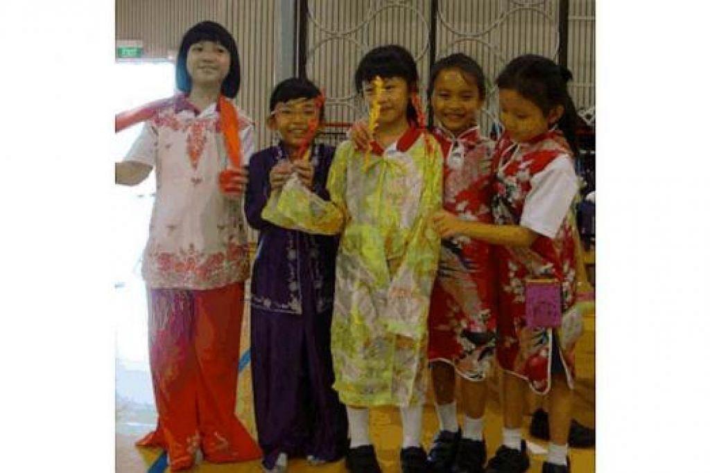KENALI KAUM LAIN: Pelajar berpeluang menyarungkan pakaian daripada kaum lain dan bergambar bersama rakan-rakan mereka. - Foto-foto SEKOLAH RENDAH ANCHOR GREEN