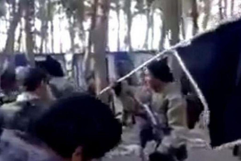 BERLATIH UNTUK SERTAI ISIS DI SYRIA: Satu rakaman klip video menunjukkan sekumpulan lelaki yang bertutur dalam bahasa Indonesia lengkap dengan seragam tentera dan bersenjatakan senapang membuat persiapan bagi satu latihan tentera di sebuah lapangan. Klip itu kemudian dikatakan dirakam di Jabal Khalifa di Syria. - Foto YOUTUBE