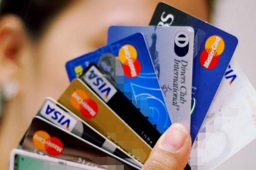 BATAS BERBELANJA: Bank tidak dibenarkan memberi pinjaman tanpa cagaran, seperti kad kredit, kepada peminjam jika jumlah keseluruhan pinjaman mereka melebihi had pinjaman itu lebih tiga bulan berturut-turut. - Foto fail