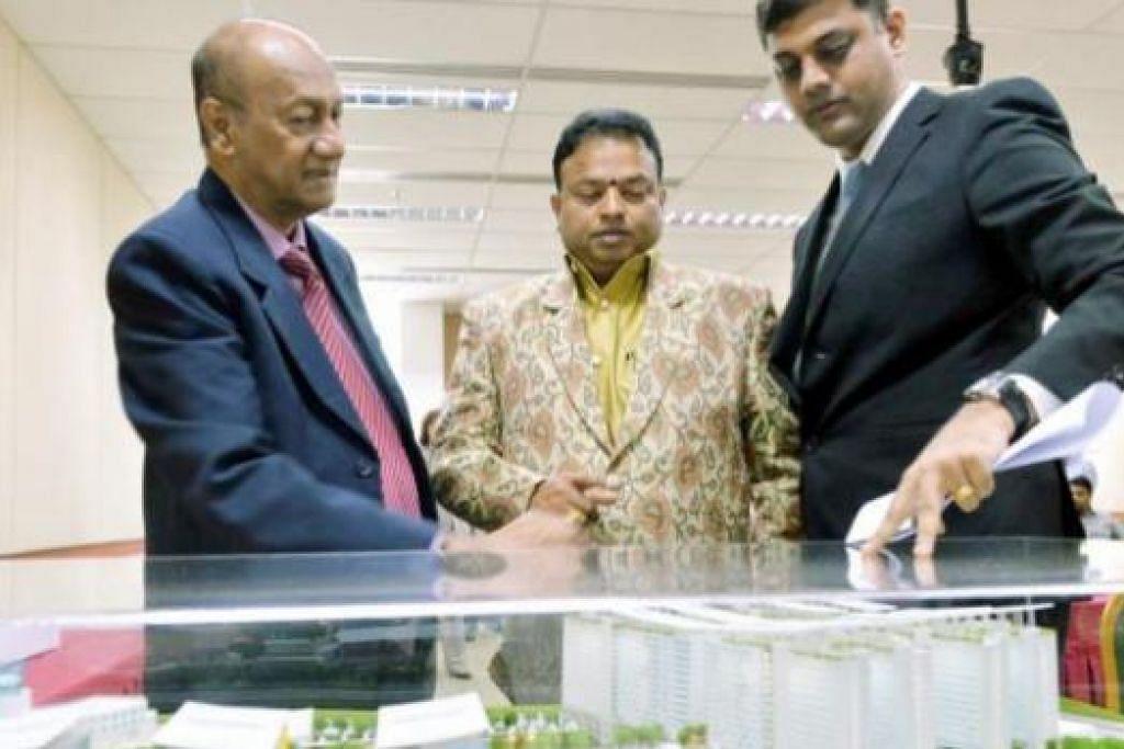 BERSETUJU BEKERJA SAMA: (Dari kiri) Setiausaha Agung MDIS, Dr. R. Theyrendran, Pengasas dan Canselor Universiti VELS di Chennai, India, Dr. Ishari Ganash, serta Pengarah Kewangan MDIS, Encik A. Subramaniam, menandatangani persetujuan usaha sama di sidang akhbar semalam. - Foto MOHD KHALID BABA