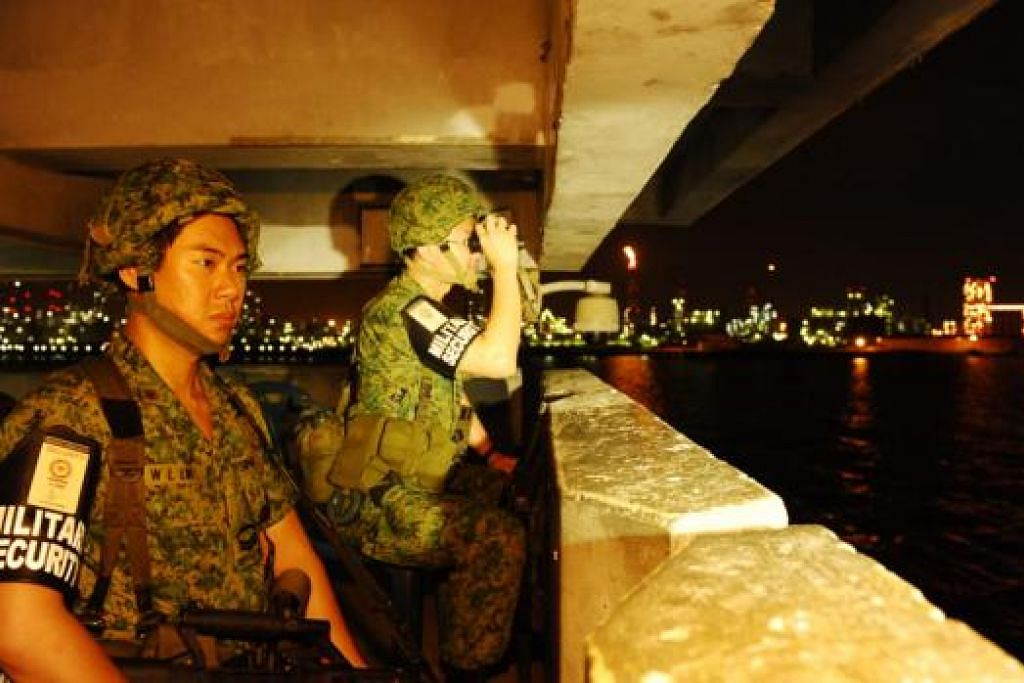 SENTIASA BERJAGA: Askar daripada Pasukan Pertahanan Rakyat Ke-2 (2nd People's Defence Force) sentiasa berwaspada untuk mengesan kegiatan mencurigakan di Pulau Jurong. - Foto CYBERPIONEER