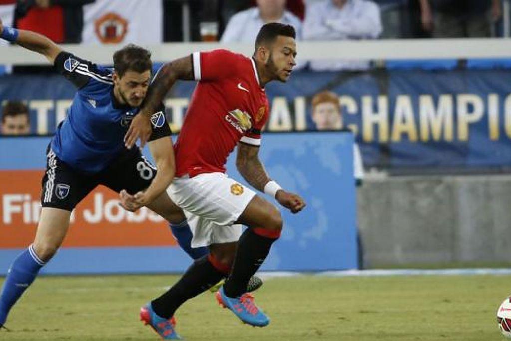 JARINGAN SULUNG: Penyerang Manchester United, Memphis Depay (jersi merah), membawa bola melepasi pemain San Jose Earthquakes, Jean Baptist Pierazzi. - Foto AFP