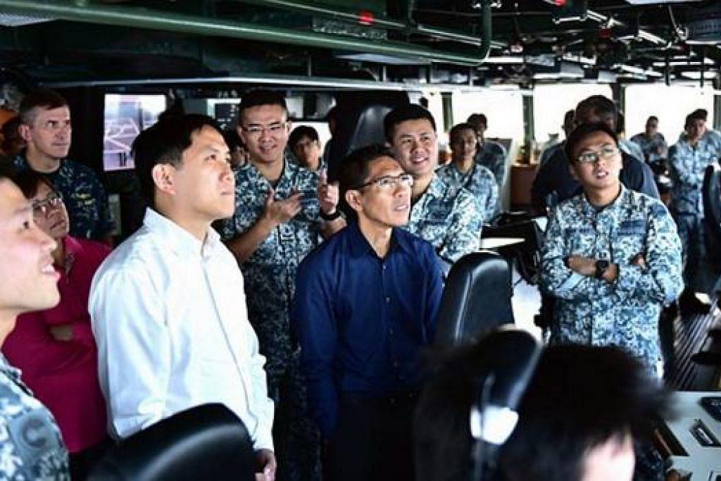 SAKSIKAN LATIHAN: Dr Maliki dan anggota GPC-DFA menyaksikan operasi UAV di Carat Singapore 2015 semalam. – Foto MINDEF