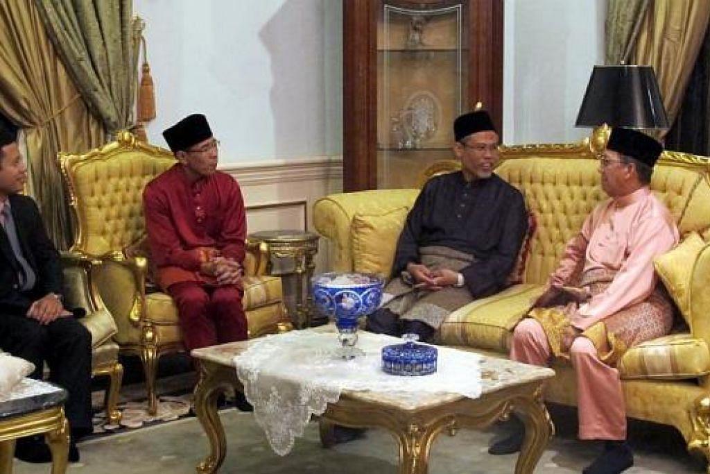 KUNJUNGAN MESRA: Encik Masagos Zulkifli, Dr Maliki Osman dan Encik Desmond Lee mengunjungi Menteri Pembangunan Brunei Pehin Suyoi Osman (kanan). – Foto MFA