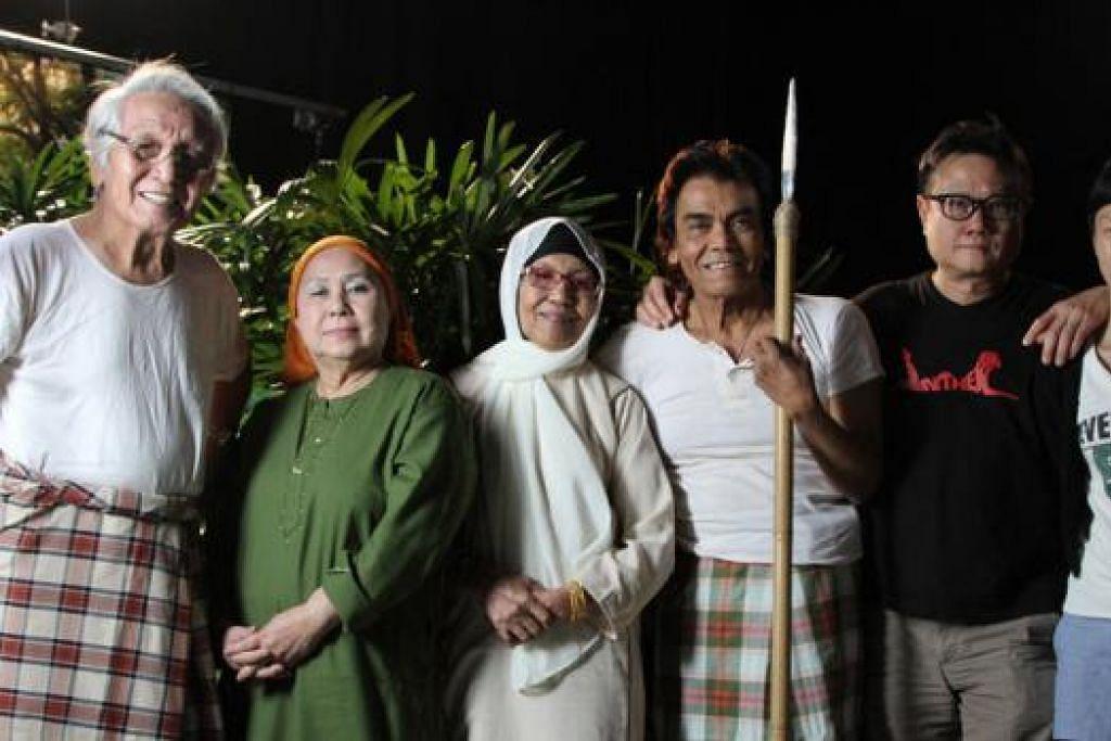TURUT TERLIBAT: Filem pendek 'Cinema' arahan Eric Khoo turut memaparkan empat pelakon veteran (dari kiri) M. Wari, Habibah Harun, Hashimah Yon dan S. Rosli. Mereka kelihatan bergambar bersama pengarah, (kelima dari kiri) Khoo dan penerbit, Cik Tan Fong Cheng. - Foto 7 LETTERS, ERIC KHOO