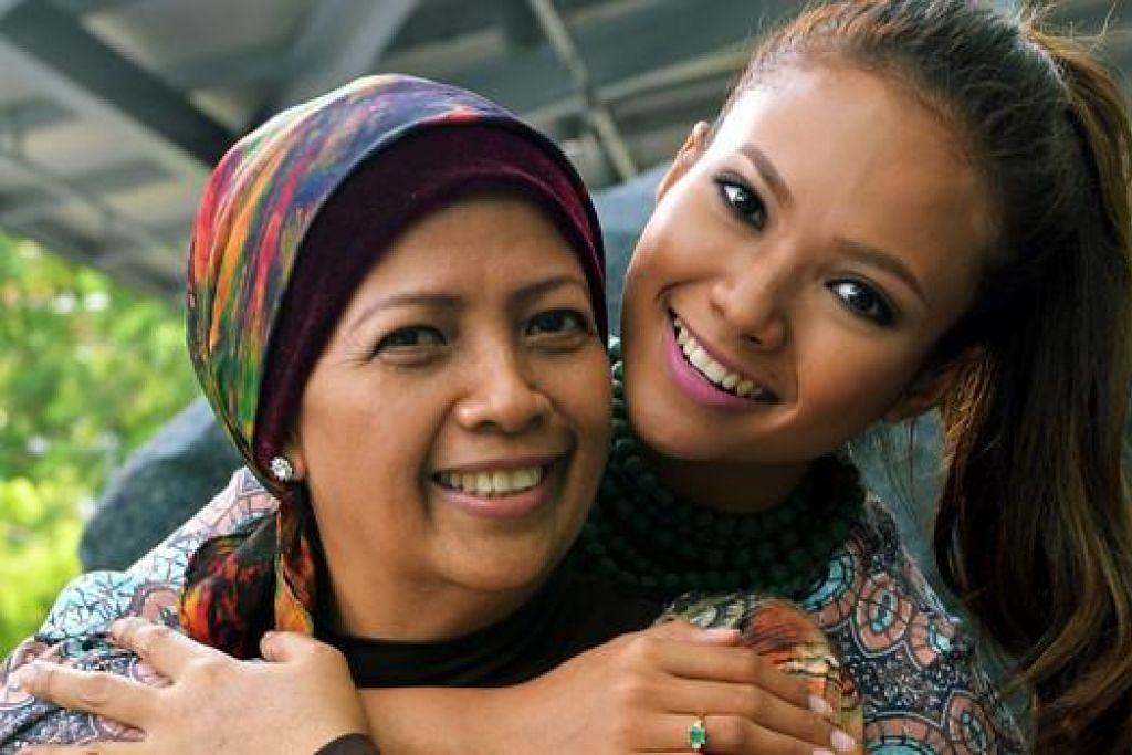 IBU DAN ANAK: Nadiah M. Din (kanan) dan ibunya, Hamidah Jalil, akan berlakon dalam filem pendek 'Cinema' arahan Eric Khoo. Filem itu merupakan sebahagian daripada antologi filem pendek '7 Letters' yang akan ditayangkan di Panggung Capitol mulai esok. - Foto KHALID BABA