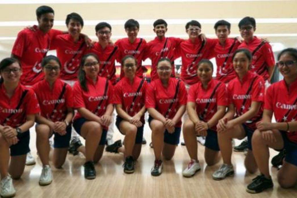 HARAPAN NEGARA: Pasukan bowling muda Team Singapore berharap dapat mengharumkan nama negara di Hongkong. Mereka berangkat ke sana hari ini. - Foto SINGAPORE BOWLING FEDERATION
