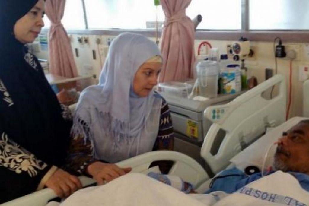 DATANG MENJENGUK: Ramai pelajar Ustaz Ahmad Jelani sempat menjenguknya dan ini termasuk mualaf, Cik Maryam Veen (duduk), dan temannya Shekhah Mohamed Diab. – Foto ihsan MAHANIE HASSAN