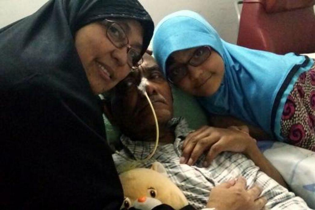 CINTA TERUS MEKAR: Cik Mahanie (kiri) sering menjaga segala keperluan suaminya, Ustaz Ahmad Jelani (tengah), selain memastikan segala kerja sekolah dan makan minum anaknya Nur Thoyyibah terjaga. – Foto ihsan MAHANIE HASSAN