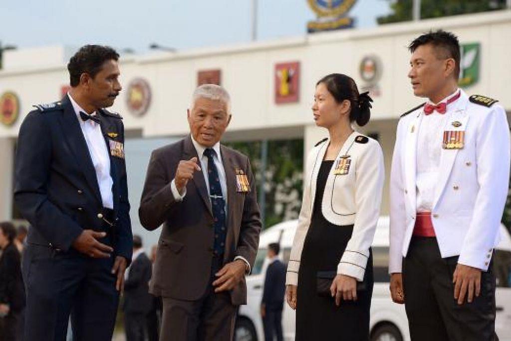 JAMUAN MALAM SAF50: (Dari kiri) SWO Selvanathan, perintis LTC (Bersara) Tan Kim Peng Clarence, SLTC Jerica Goh dan COL (NS) Abu Bakar antara yang diiktiraf semalam atas jasa mereka kepada Singapura dalam majlis jamuan malam yang dihadiri Perdana Menteri Lee Hsien Loong. - THE STRAITS TIMES