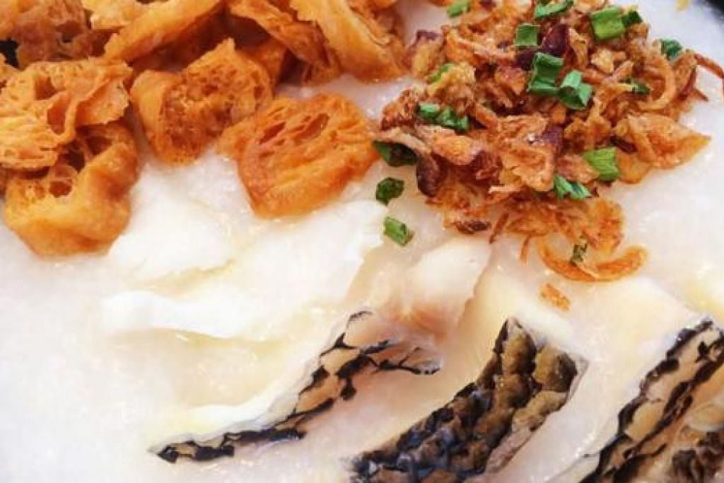 BUBUR IKAN HARUAN: Ikan haruannya sungguh segar dan bubur ini dihidang panas dengan ditaburkan dengan 'char kway' yang rangup bersama daun bawang. Foto KULINARY AFFAIRS