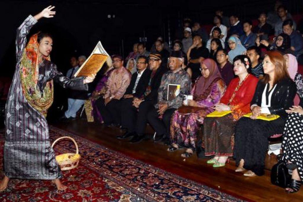 BANGSAWAN MEGA: Tarikh dan tempat pementasan bangsawan Raden Mas yang akan diadakan di Teater Esplanade pada 16, 17 dan 18 Januari 2016 telah diumumkan dalam satu sidang akhbar pada April lalu. – Foto fail
